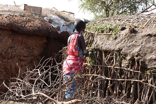 Mujer construyendo una casa Masai.